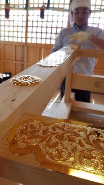 昨日、本日と2日間かけて長崎県壱岐市の神社様の大金幣と大金幣台に飾り金具を取り付けさせていただきました。白木のさびしい大金幣台でしたが…飾り金具を取り付けさせていただくことによって、見違えるように豪華に見栄えするようになりました。 こちらの飾り金具は、氏子さんからの奉納ということで、施主様の神社に対する思いを伝えなければと心を込めて取り付けさせていただきました。 施主様、神社様には大変よろこんでいただきました。