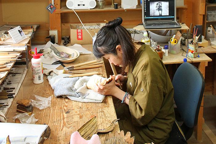 清和佛具では熟練の職人による若い職人への手厚い指導が行われております。  長年にわたって培われてきた、仏具・仏像職人たちの優れた技術を、次世代にもしっかりと引き継いでいくことができるように日々精進しております。